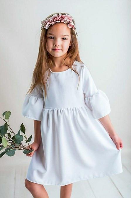 Biała sukienka w skromnym stylu